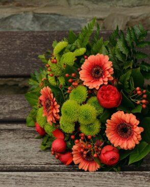 Saisonaler Blumenstrauß orange