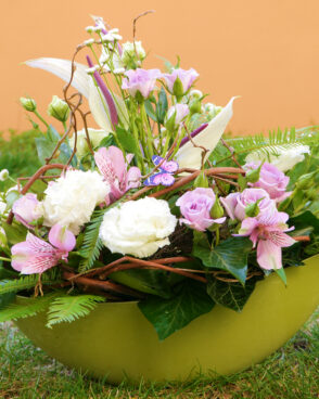 frühlingshaftes Blumengesteck